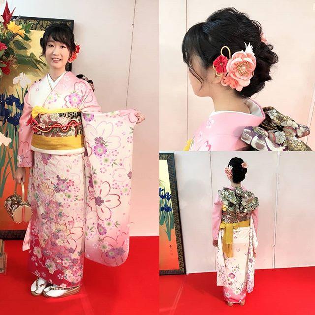 白、ピンク、赤が使われていて、可愛らしいデザインが好きな方にはたまらない振袖ですねキュートな雰囲気のお嬢様にとてもよく似合っていて素敵です#まつき苑#祭り振袖#振袖前撮り#振袖髪型#振袖髪飾り#振袖ピンク#成人式きものhttp://matsukien.com