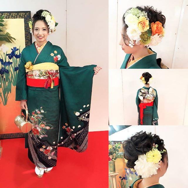 緑のシンプルなお母様の振袖にオレンジの刺繍襟が映えて、ご自分の個性が演出されていて素敵ですとてもボリュームのある花の髪飾りも華やかで目立ちますね#まつき苑#まつき苑振袖#振袖前撮り#鹿児島振袖#振袖髪飾り#振袖緑#成人式きもの#ママ振https://matsukien.com/