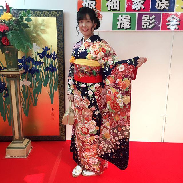 紺と赤の組み合わせは1番女性らしくて、日本人らしいと私個人は感じます。美しくあって欲しいと牡丹の花に想いをたくし、良縁を願って貝桶を描く。なんと日本人は奥ゆかしい民族なんでしょ。そんな振袖がとても似合うお嬢様。将来が楽しみですね!#まつき苑振袖 #まつき苑 #まつき苑前撮り #振袖紺#振袖#ふりそで#フリソデ#鹿児島ふりそで#成人式きもの#前撮り髪型#前撮り髪飾り#明日から3日間前撮り撮影会です#成人式振袖#前撮り動画で紹介中https://matsukien.com/