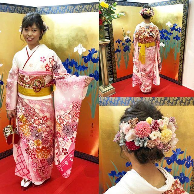 白地にピンクの桜の花がたくさん散りばめられたこちらの振袖は、可愛らしいものが好きな方にはたまらないデザインの振袖なのではないでしょうか!?ボリューム満点の髪飾りも、とても華やかで素敵です#まつき苑#まつき苑振袖#振袖前撮り#鹿児島振袖#振袖髪型#振袖髪飾り#振袖白#成人式きものhttp://matsukien.com/