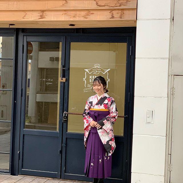 まつき苑の前の空き店舗がなかなか良い雰囲気を醸してたので、そこを勝手に撮影スポットとして使わせてもらいました!表情の出し方がもはやモデルさんのよう…。お母様も嬉しそうに写真を撮っておられたのが印象的でした︎#まつき苑#まつき苑袴#鹿児島市卒業式#ご卒業おめでとうございます#袴レンタル #袴コーディネート
