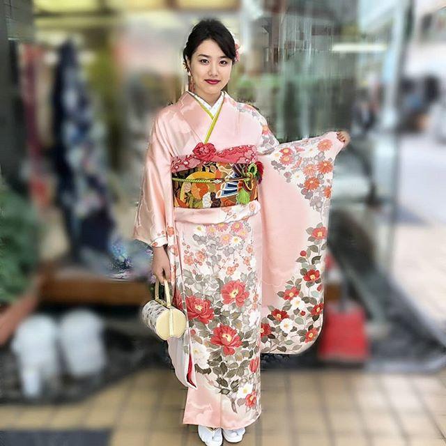 本日は振袖の着付けをさせていただきました!こちらの振袖はお母様の振袖だそうですが、淡いピンク地に赤や白の花がたくさん描かれていて、とっても可愛らしいですよねとってもお似合いでした#まつき苑#まつき苑振袖#ママ振袖#ピンクhttp://matsukien.com/