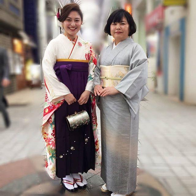 お着物を着て、ご家族で写真を撮られるとのことでしたお嬢様もお母様も、とてもよく似合われていて、笑顔もとても素敵で、思わず『素敵、、』と口からこぼれてしまうほどでしたこれから先、写真を見返す度に、いい思い出だったねと思って頂けるのではないでしょうか?#まつき苑 #まつき苑着物 #袴 #家族写真撮影 http://matsukien.com/