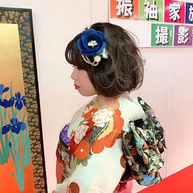1枚目のお嬢様の髪の長さは実は「ロング!!」それをヘアメイクさんがボブにしてくれたっっ️って嬉しそうに教えてくれました︎ 2人目のお嬢様は珍しく上に高さを出したヘアスタイル。部分的に出た明るい髪が素敵なアクセントに。3人目のお嬢様は「とにかく格好良く!」がテーマ。ショートヘアにブルーの髪飾りがcool️https://matsukien.com/#まつき苑#鹿児島まつき苑#振袖ヘアアレンジ #卒業式ヘア #前撮り #前撮りヘア #成人式きもの#オリジナリティ溢れる#スタッフとも一緒に写真撮ろうと言ってくれてありがとう#呉服屋冥利