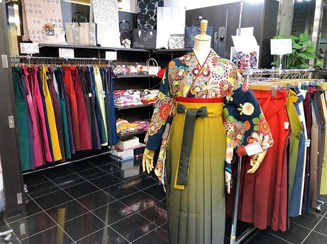 おはようございます まつき苑では、袴のレンタルもたくさん扱っており、とっても好評頂いておりますお着物や重ね衿、浴衣で使う半幅帯をお持ちの方はぜひお持ち込みください!(ˊo̶̶̷ᴗo̶̶̷`)今年 卒業式で袴を着用される方はぜひお早めにお越しくださいませ #まつき苑 #まつき苑袴 #卒業式袴 #レンタル袴 #袴http://matsukien.com