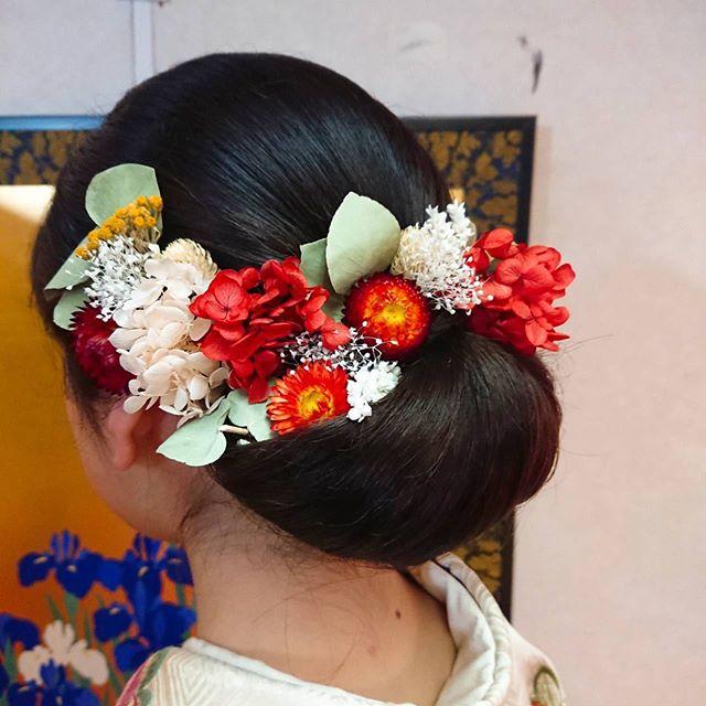 今日は髪型のご紹介。すっきりとまとめたお団子の上を埋め尽くすようにお花を飾ったり、上に高さを出して大きめの髪飾りをサイドに留めたり、あえてまとめずに外ハネで飾りもシンプルにまとめたり…皆さん素敵ですね︎https://matsukien.com/#まつき苑#まつき苑振袖 #まつき苑前撮り #まつき苑着物 #鹿児島振袖 #振袖髪型#振袖髪飾り#髪飾りのアドバイスも楽しみ#皆さんのセルフプロデュース力に脱帽