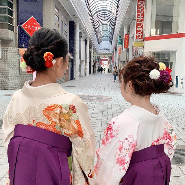 今日は明るい日差しの中、気温はびっくり低かったけど鹿児島看護専門学校さんの着付けをさせて頂きました上品な紫の袴の方が多かったなぁ。それぞれ綺麗だったし、可愛かった!ご両親のとっても嬉しそうに我が子を眺める表情を見てスタッフも嬉しさ倍増❣️でした。#まつき苑#卒業式袴#まつき苑袴 #卒業式はかまヘア #鹿児島看護専門学校#袴髪飾り#まつきの着付けhttps://matsukien.com/