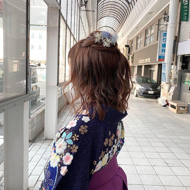 今日は鹿児島県美容専門学校のお嬢様の袴着付けをさせて頂きました︎ 10日後には県外にご就職のお嬢様。「いつでも戻って来ていいんだからね!」と言うお母様の温かい気持ちに触れた朝でした。雨も心配されましたが、爽やかな晴天。少しでもその時が長く続き、思い出深い1日となりますように…#まつき苑#まつき苑袴#袴ヘア #袴ヘアアレンジ #卒業式コーデ #鹿児島卒業式#鹿児島県美容専門学校卒 https://matsukien.com/